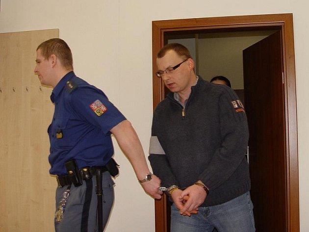 Tomáš Kolouch z Oslavičky se ze svých podvodů zpovídá před jihlavským krajským soudem. Hrozí mu až desetiletý trest.