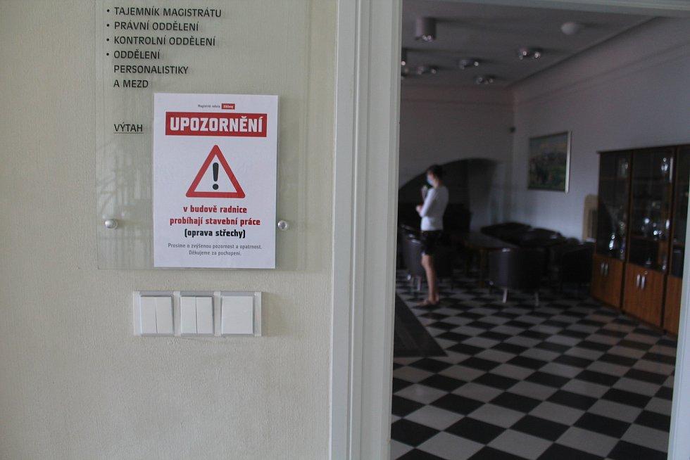 Na probíhající práce upozorňují cedule v prostorech radnice.