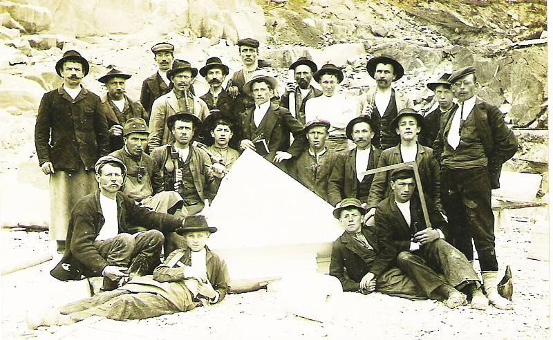 Parta mrákotínských kameníků se nechala někdy po roce 1920 vyfotit na památku přímo na pracovišti v kamenolomu. Místu se říkalo Foitova skála.