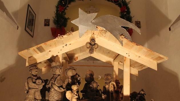 V Cejli mají nasvícenou kapličku s betlémem