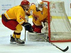 Hokejoví junioři Dukly (ve žlutém) si na první ostré zápasy v Novém roce musí, stejně jako další čtyři jihlavské výběry, počkat. Důvodem je karanténa kvůli příušnicím, kterými se v klubu nakazilo takřka dvacet hráčů.