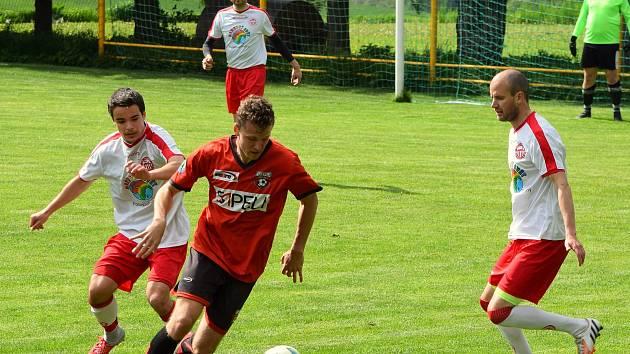 Fotbalisté Bedřichova (v bílém) zajíždí v neděli do Nové Vsi, která bude jasným favoritem.