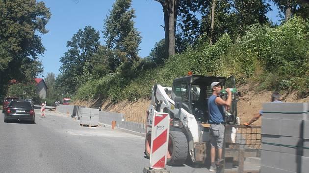 Dosavadní práce v Kostelci se daly provádět za plného provozu. Od soboty pátého září to už nepůjde.