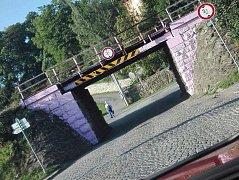 Železniční most v Lukách nad Jihlavou budí zájem i pobavení.