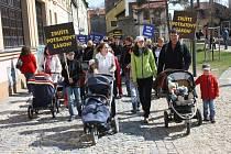 """""""Jako první půjdou rodiče s kočárky, aby mohli udávat rychlost,"""" zavelel organizátor Pochodu pro život Jan Vrána. Kočárky s těmi nejmenšími dětmi tak symbolicky doplnily ostatní protestující s protipotratovými hesly . Průvod včera prošel ulicemi v centru"""