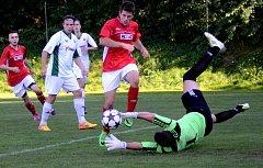 Cenná výhra. Fotbalisté Rantířova (v bílém) zvládli středeční dohrávku, v níž porazili 2:0 rezervu Žďáru.