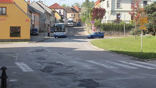 Silnice v Třešti se letos konečně dočká opravy.