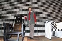 Správkyně Hoffmannova domu Marie Šindelková vysvětluje, že vystavený nábytek a další exponáty stále vyrábí zahraniční firmy podle původních Hoffmannových návrhů.