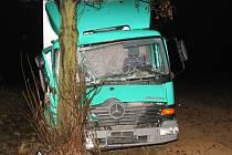 Pár vteřin spánku se mohlo stát osudným řidiči nákladního vozu Mercedes.