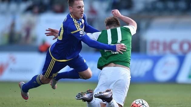 Vladimír Kukoľ hasil ve dvacáté páté minutě požár v obraně jen za cenu faulu na unikajícího exjihlavského snajpra Stanislava Tecla.