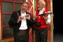 Roli ředitele opery v poslední premiéře HDJ Tenor na roztrhání si zahrál Zdeněk Dryšl (na snímku) vlevo. Po jeho boku se objeví také Milan Šindelář.
