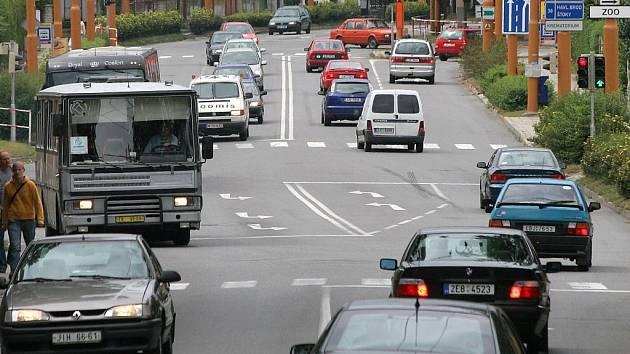 Na několika místech v kraji vyhledali policisté nejproblematičtější úseky silnic. Mezi těmi, kde se stává nejvíce dopravních nehod je i křižovatka u autobusového nádraží v Jihlavě.
