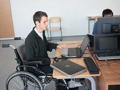 Vojta Polášek ve středu na letní škole vysvětloval základy linuxu. Na informatiku je expert, handicap mu v tom nebrání.