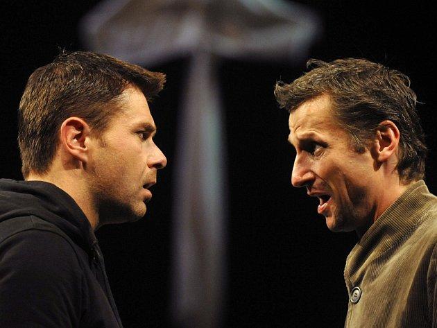 K vrcholům sezony Horáckého divadla Jihlava patří slavné Shakespearovo drama Hamlet. Kralevice dánského hraje František Mitáš (vlevo), Horacia Jakub Škrdla. Diváci se však mají rozhodně na co těšit i v příští sezoně.