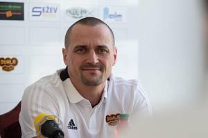 Trenér HC Dukla Jihlava Viktor Ujčík.