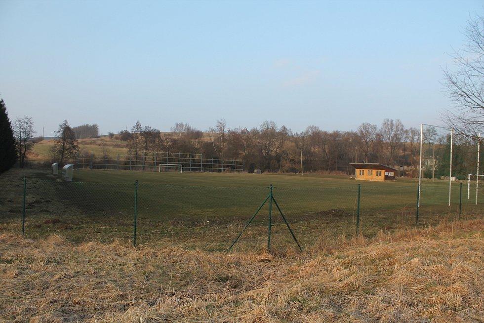 Fotbalové hřiště Na Líchách je po výrazné rekonstrukci.