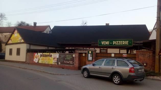 Pizzerie v Lukách nad Jihlavou musela  zavřít, díky rozvozu se daří alespoň trochu vydělávat.