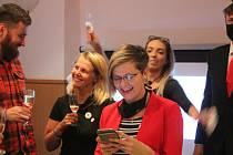 Někteří slavili, jiní se neubránili slzám zklamání. Krajské volby na Vysočině jsou minulostí a ve volebních štábech bylo možné sledovat radost i smutek.
