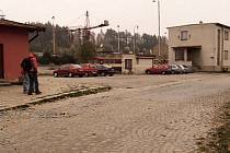 V těchto místech vyrůstá moderní terminál, který spojí vlakové a autobusové nádraží.