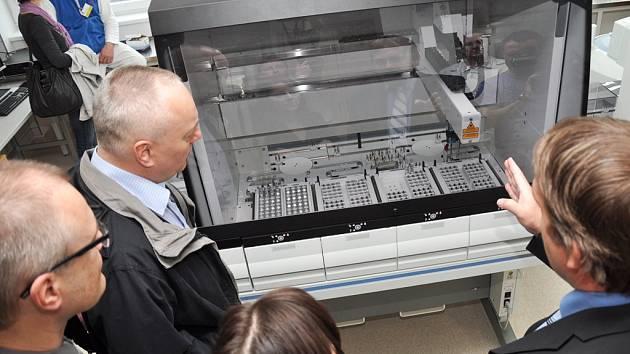 Patologické oddělení je v první řadě jedna velká laboratoř, kde se shromažďují vzorky z celé nemocnice. Ilustrační foto.