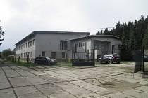 Areál policie je ukrytý v lesích mezi Třeští a Stonařovem.