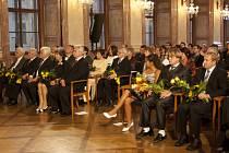 Jiří Kadlec (zprava), Roman Červenka a Irena Drevňáková z Telče převzali v Senátu medaile za záchranu pěti lidí.