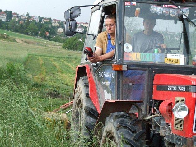 Použití termokamery v praxi. Pomocí ní může farmář objevit mláďata skrytá v trávě dříve, než je zabije nebo zmrzačí rotační sekačka.