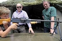 Děti z Dobronína dostaly předčasný dárek ke Dni dětí. Ve vojenském středisku si vyzkoušely zbraně.
