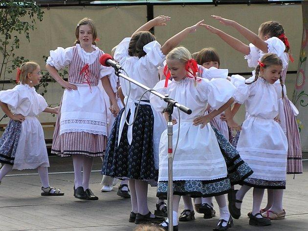Setkání na Podhorácku. Tradiční bítešské hory začínají ve středu 5. září stavěním máje. Součástí programu je i Setkání na Podhorácku, tedy přehlídka národopisných souborů a krojovaných skupin z Podhorácka, Horácka, Drahan a Brněnska.