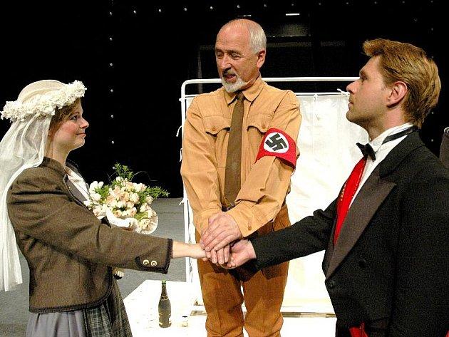 Na snímku jsou zachyceny hlavní postavy – Jan Dítě alias Pinďa (František Mitáš), který si beru za manželku německou tělocvikářku Lízu (Tereza Otavová).