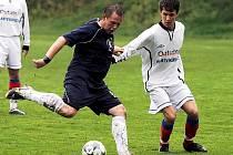 Fotbalisté SK Pacov (na fotografii vlevo Pavol Gavrecký při utkání v Hartvíkovicích) začali na jaře sbírat vítězství a míří k záchraně v soutěži. Hodně jim pomohl příchod zkušeného obránce Libora Kollera.