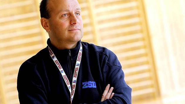 Trenér brodských hokejistů Petr Novák nosil už minulý týden na tréninku mikinu s logem brněnské společnosti ŽSD, její vstup do HC Rebel však ještě není dotažen.