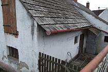Dům, za jehož zdmi se odehrála nejedna tragédie, stojí v Zašovicích u hlavní silnice.