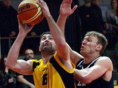 Jihlavští basketbalisté (s míčem Jakub Dokulil) po dlouhé době museli před soupeřem smeknout. Výběr GBA je na své palubovce porazil o čtyři body. Desátou výhru v řadě tak BC Vysočina nepřidalo.