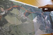 Starosta Velké Beranova Ján Plevčík ukazuje plán obchvatu, který zrychlí cestu do Jihlavy.