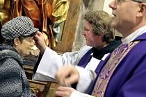 O Popeleční středě kněží při bohoslužbě věřícím dělají na čelo křížek z popela rostlin na znamení pokání. Následuje 40denní půst, kdy se věřící mají zamýšlet nad svým životem.
