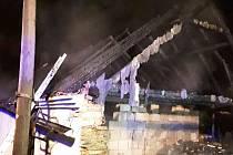 Hned šest hasičských jednotek likvidovalo požár střechy rodinného domu v obci Vápovice na Jihlavsku.