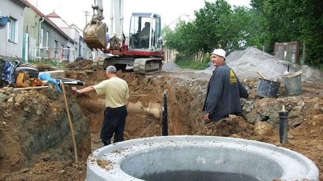 Stavba nové kanalizace v Čenkovské ulici v Třešti.