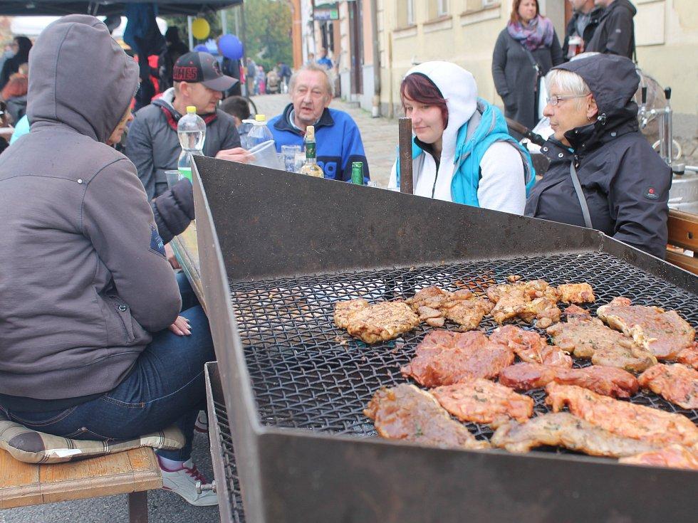 Náměstí v Třešti provonělo pečené maso, klobásy a podzimní tvoření. Děti se vyřádily na skákacím hradě, divokém jednorožci či při soutěžích o ceny.
