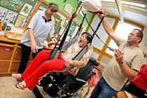 Základní školu speciální a Praktickou školu Jihlava navštěvují i studenti na vozíku. Díky novému stropnímu kolejnicovému systému jim pohyb nedělá takový problém.
