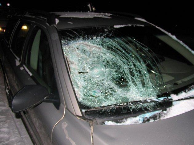 Neopatrný chodec skončil v nemocnici, když v noci přecházel silnici v Jihlavě–Heleníně ve chvíli, kdy tudy projíždělo volvo.