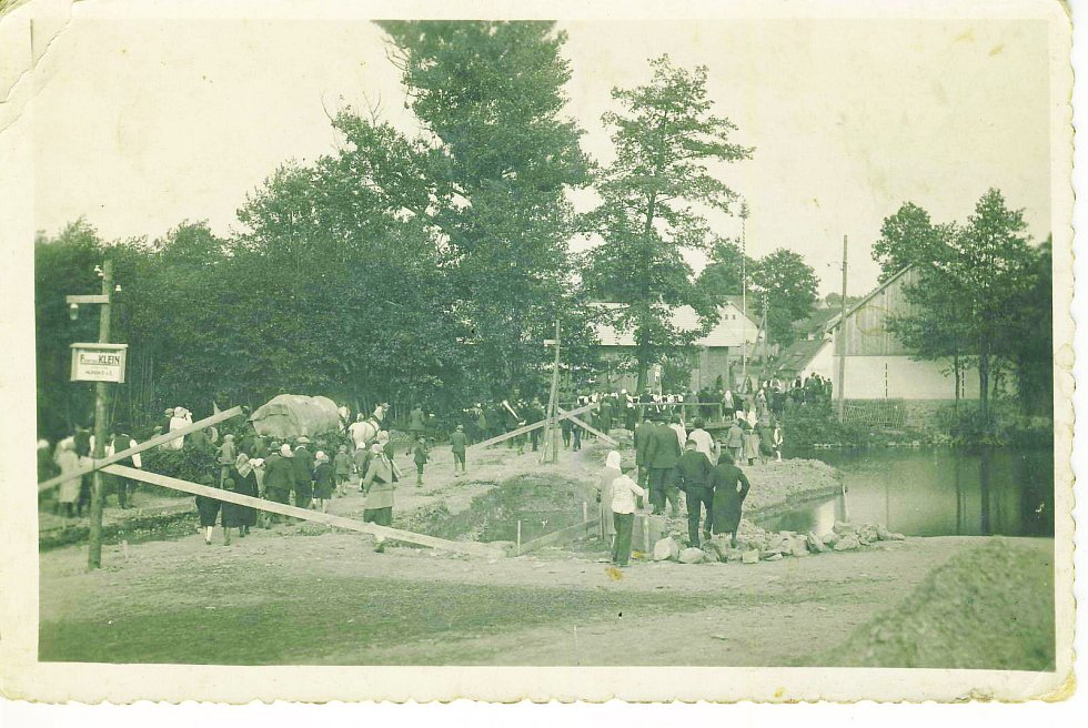 Most přes řeku Šlapanku postavili v roce 1934. Poprvé se koplo do země v květnu a hotovo bylo už v listopadu.