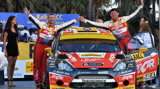 Dvojice Martin Prokop a Michal Ernst v cíli Katalánské rallye.