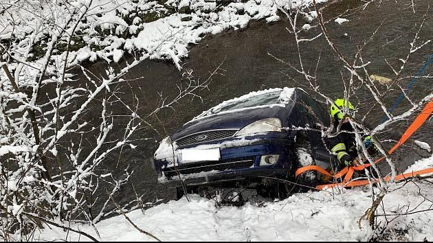 V jihlavské v ulici Křižíkova řidič osobního vozidla zřejmě při neopatrném couvání dostal s autem smyk a  spadl s vozidlem do řeky.