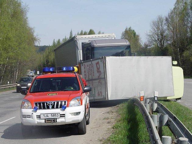 Nehoda nákladních automobilů na dálničním přivaděči u Jihlavy.