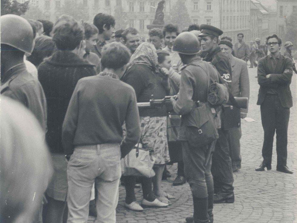 Lidé se s okupačními vojáky snažili diskutovat i v Jihlavě. Arif Salichov stojí na snímku zcela vpravo.