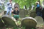 Lidé se na židovském hřbitově v Třešti dozvěděli informace nejen o tom, jak pohřbívali Židé.