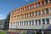 Stavbaři z Třeště ve finále rekonstrukce natřeli fasádu odstíny oranžové barvy.