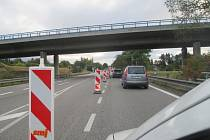 Kolony. KOLONY. V době uzavírky Jihlavského tunelu se tvořily kolony aut i ve směru od Pelhřimova.