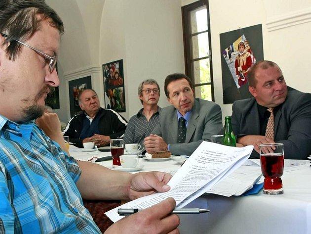"""Debaty u """"kulatého"""" stolu se zúčastnil i jihlavský zastupitel Josef Sklenář (vlevo). Ten rozpoutal dlouhou diskusi na téma výstavba druhé ledové plochy ve městě a rekonstrukce té stávající."""